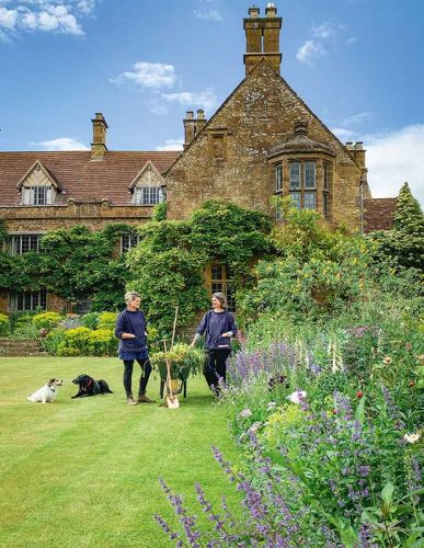 The Kiwi connection at Wardington Manor: How Bridget Elworthy and Henrietta Courtauld are revolutionizing cut flowers in Britain