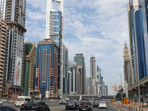 Pros & Cons of Traveling by Car in UAE